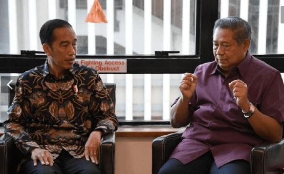 Presiden Jokowi saat berbincang dengan SBY.