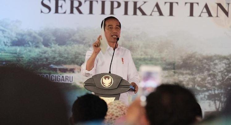 Presiden Jokowi saat bagikan sertifikat tanah di Tangerang.