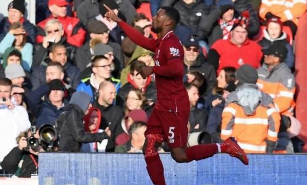 Gelandang Liverpool Georginio Wijnaldum merayakan gol kedua timnya ke gawang Bournemouth di Anfield, Liverpool.