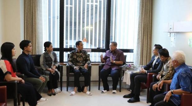 Presiden Jokowi saat berbincang dengan SBY. (foto: dok. Demokrat)