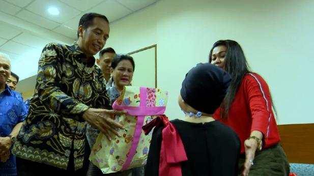 Jokowi memberi hadiah kepada putri Denada, Shakira Aurum. (Foto: Istimewa)