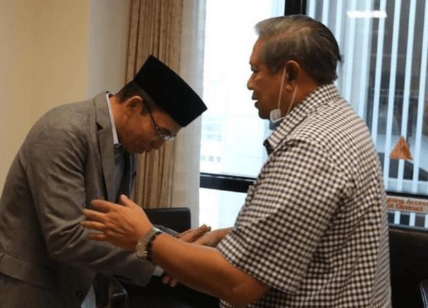 TGB menjenguk Ani Yudhoyono dan bertemu dengan SBY di Singapura. (Foto: dok. Instagram tuangurubajang)