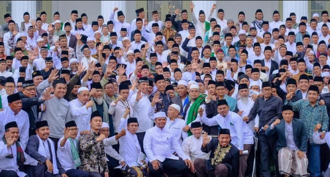 Presiden Jokowi saat foto bersama ratusan ulama se-Jabetabek di Istana Merdeka.