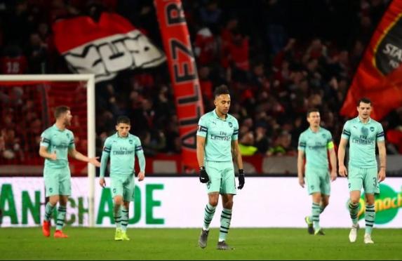 Para pemain Arsenal tertunduk lesu usai pertandingan.