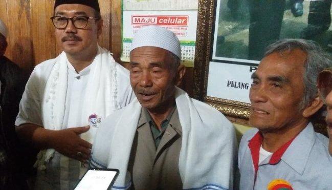 Ayah angkat Presiden Joko Widodo, H Nurdin Aman Tursina bersama utusan khusus KH Ma'ruf Amin yang juga wakil ketua MUI KH Lukmanul Hakim saat berbincang dengan wartawan di Bener Meriah, Aceh, Sabtu (9/3/2019).