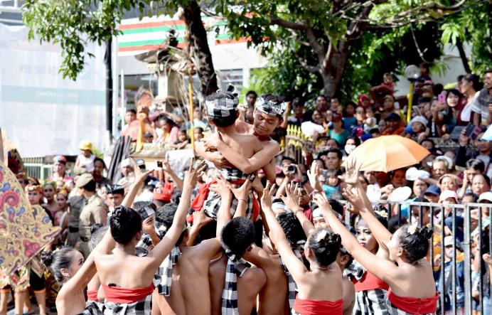 Suasana parade budaya yang digelar dalam rangka peringatan HUT ke-415 Kota Singaraja yang dilaksanakan di sepanjang jalan Ngurah Rai Singaraja, Kabupaten Buleleng, Bali pada Sabtu (30/3).