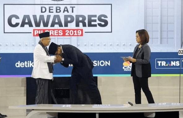 Usai debat, Sandi mencium tangan KH Ma'ruf Amin.