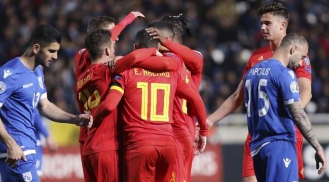 Para pemain Belgia merayakan gol Eden Hazard (tengah) setelah menjebol gawang Siprus di laga Grup I kualifikasi Piala Eropa 2020 di GSP Stadium. AFP