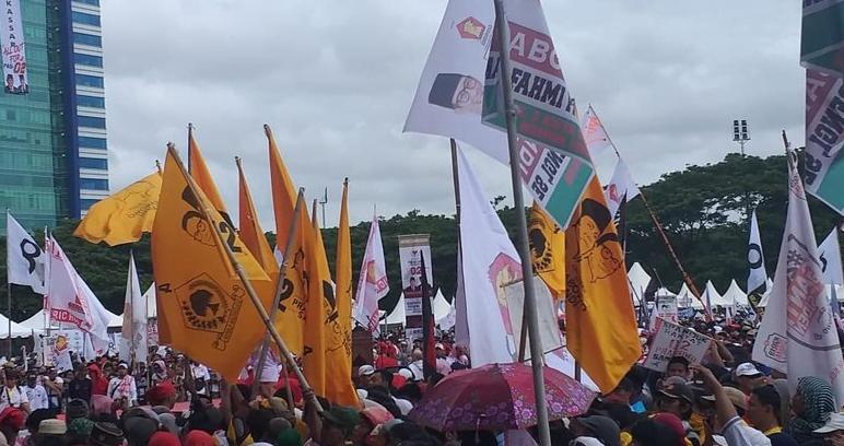 Bendera Partai Golkar di kampanye akbar Prabowo Subianto di Makassar.
