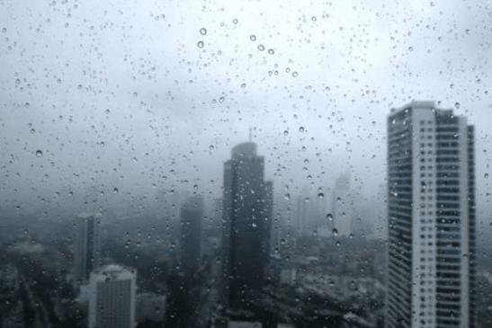 Hujan deras di Jakarta.