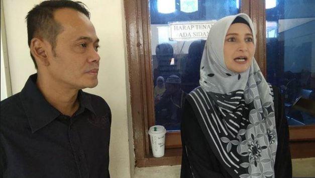 Inneke Koesherawati Dampingi Suami saat akan di sidang.
