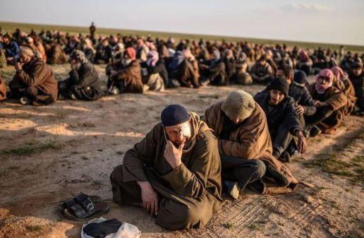 Militan ISIS yang menyerahkan diri.