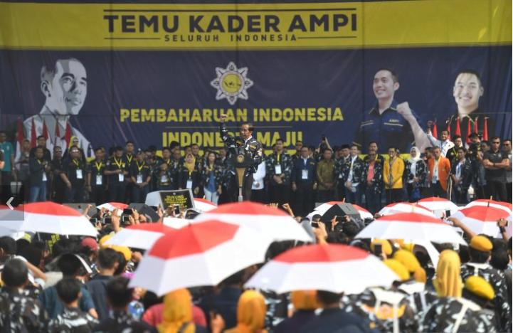 Presiden Joko Widodo berpidato dalam acara temu kader Angkatan Muda Pembaharuan Indonesia (AMPI) di Lapangan Merdeka, Medan, Sumatera Utara, Sabtu (16/3/2019).