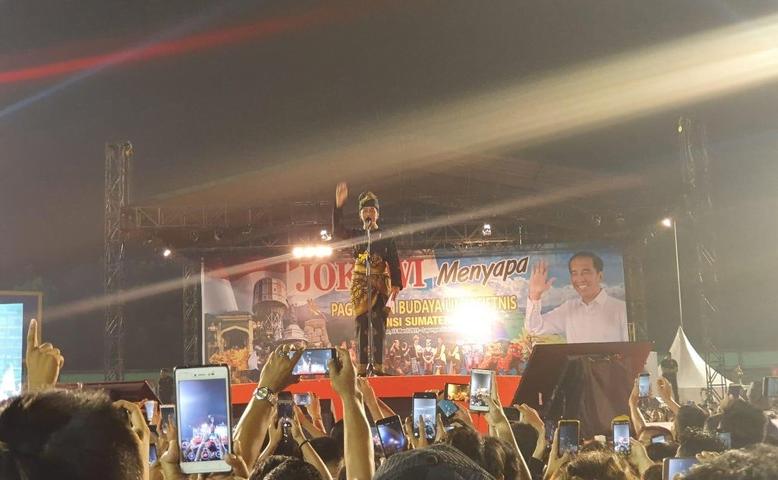 Presiden Jokowi saat hadiri pagelaran budaya di Sumut.