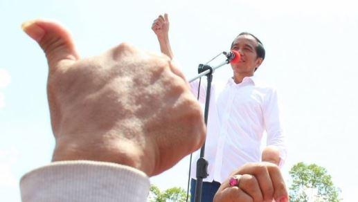 Capres nomor urut 01 Joko Widodo berorasi saat menggelar kampanye terbuka di Jalan Arteri Supadio, Kabupaten Kubu Raya, Kalimantan Barat, Rabu (27/3/2019). (Foto:Antara)