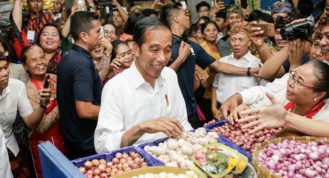 Presiden Jokowi saat belanja di Pasar Badung, Bali.