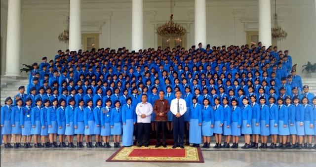 Presiden Jokowi bertemu dengan para siswa SMA Taruna Nusantara Tahun 2019 di Istana Kepresidenan Bogor.
