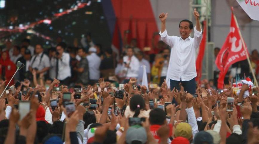 Calon Presiden nomor urut 01 Joko Widodo melambaikan tangan kepada massa pendukungnya saat kampanye terbuka di kota Banjarmasin, Kalimantan Selatan, Rabu (27/3/2019). (Foto:Antara).