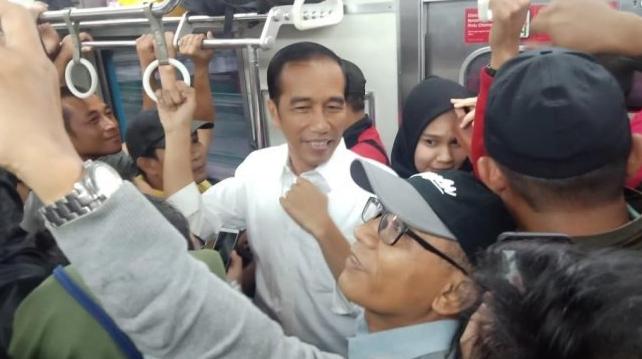 Presiden Joko Widodo membuat heboh saat menumpang KRL. (Dok. istimewa)