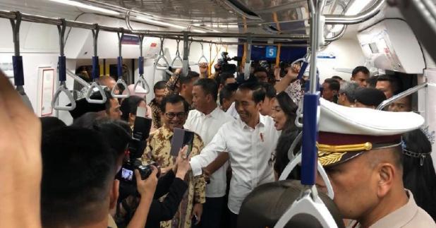 Presiden Jokowi dan jajaran menterinya naik MRT.
