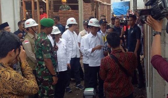 Presiden Jokowi (tengah) meninjau pembangunan rumah tahan gempa di Lingkungan Pengempel Indah, Kelurahan Bertais, NTB, Jumat (22/3/2019).