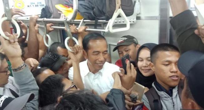 Presiden Jokowi saat naik KRL.