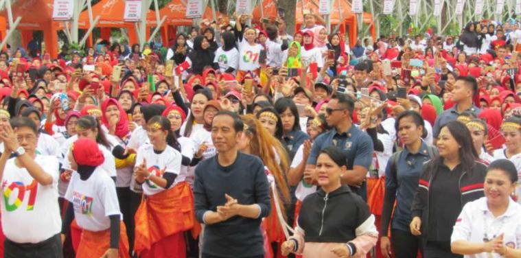 Jokowi dan Ibu Iriana saat senam bersama ribuan Srikandi Palembang.