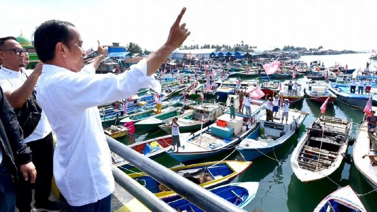 Jokowi saat menyapa para nelayan di Balikpapan.