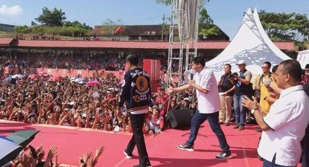 Jokowi saat bertemu dengan warga Taput di Siborong-borong.