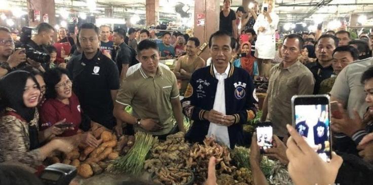 Jokowi saat berbincang dengan pedagang Pasar Petisah Medan.