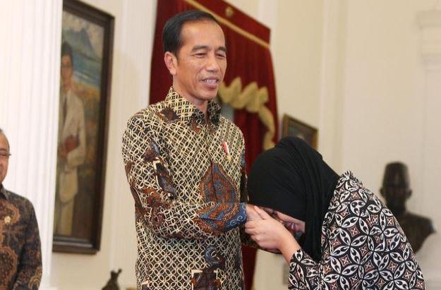 Presiden Jokowi saat terima kedatangan Aisyah di Istana Negara.