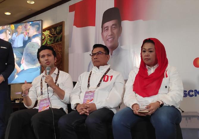 Wakil Ketua TKN Moeldoko (tengah) bersama Wakil Gubernur Jawa Timur Emil Dardak (kiri) dalam konferensi pers usai debat keempat Pilpres 2019.