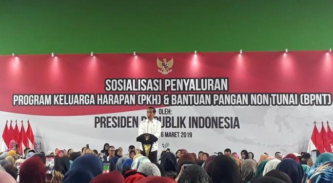 Presiden Joko Widodo (Jokowi) saat sosialisasi penyaluran bantuan Program Keluarga Harapan (PKH) dan Bantuan Pangan Non-Tunai (BPNT) di GOR Bulungan di Jakarta Selatan, Rabu (6/3/2019).