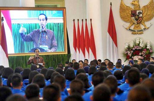 Presiden Joko Widodo memberikan arahan kepada siswa SMA Taruna Nusantara di Istana Bogor, Jawa Barat, Senin (4/3/2019).
