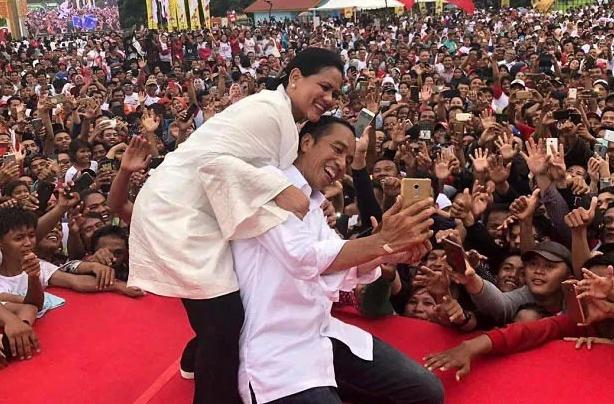 Jokowi dan Ibu Iriana saat kampanye di Dumai.