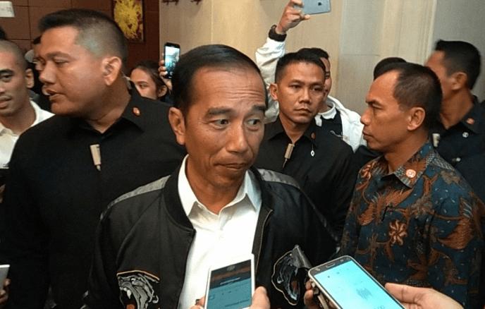 Jokowi beri penjelasan kepada wartawan usai debat Capres 2019 di Hote Sangrilla Jakarta, Sabtu (30/3/2019).