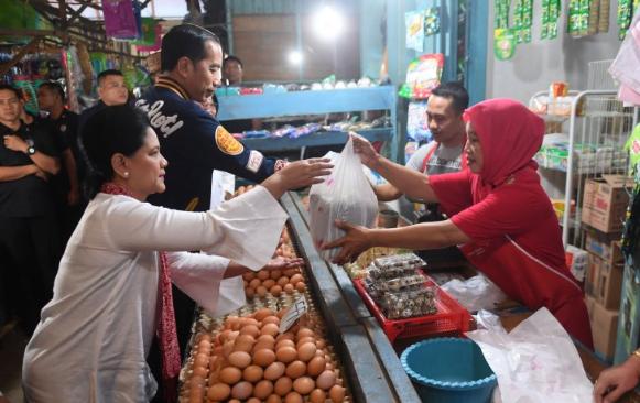 Ibu Negara Iriana Joko Widodo (kiri) berbelanja sebelum menghadiri acara penyaluran bantuan pembiayaan ultra mikro di Pasar Sentral, Gorontalo.