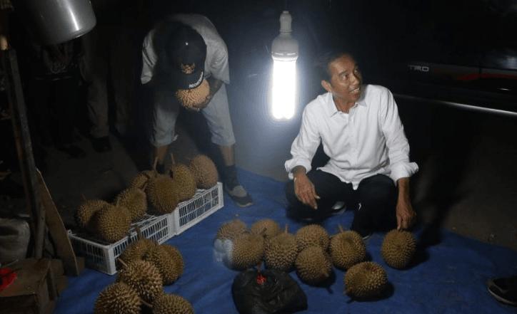 Jokowi saat beli durian di Dumai.