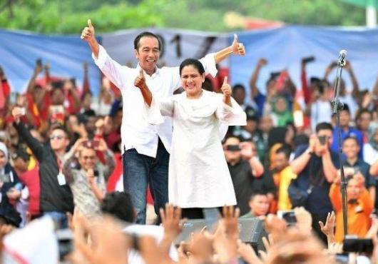 Jokowi di dampingi Ibu Iriana saat kampanye di Mamuju, Sulbar.