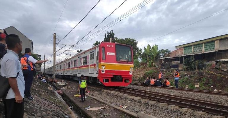 KRL melintas di jalur Jakarta-Bogor-Jakarta.