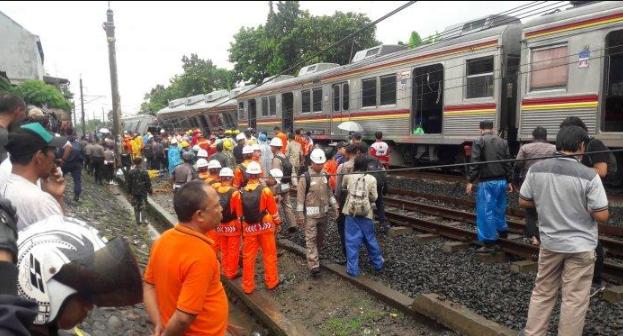 Proses evakuasi gerbong yang anjlok di Kebon Pedes.