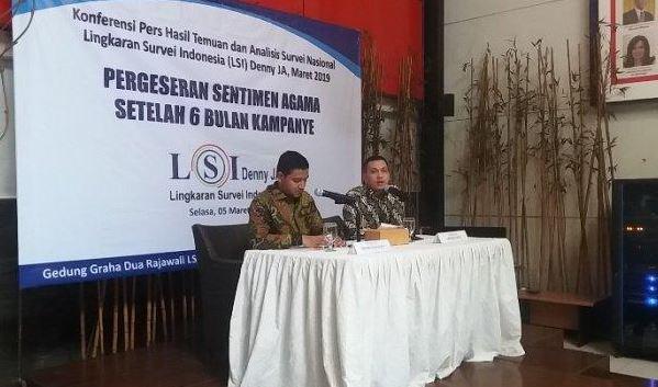 Peneliti LSI Denny JA, Ardian Sopa saat rilis survei di kantor LSI, Rawamangun, Jakarta Timur, Selasa (5/3/2019).