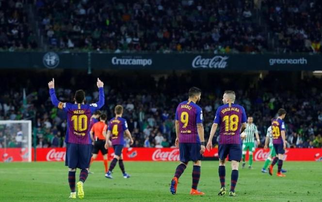 Selebrasi Messi usai cetak nat-trick.