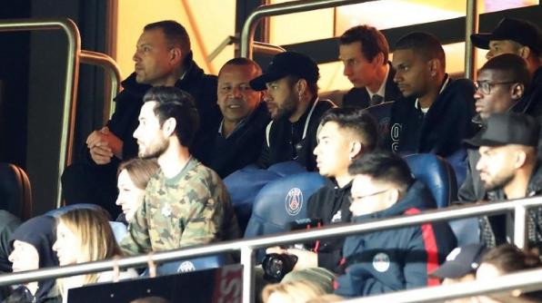 Neymar saat menyaksikan laga PSG vs MU di Parc des Princes, Kamis (7/3/2019) dini hari WIB. (Foto: Christian Hartmann/Getty Images)