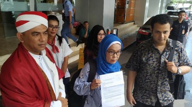 Nurullita (tengah) dan kuasa hukumnya, M Rizki (kemeja batik) di gedung Kemenaker, Jakarta Selatan.