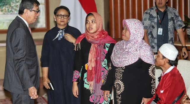 Menteri Luar Negeri Retno Marsudi dan Menteri Hukum dan HAM Yasonna Laoly saat serah terima Siti Aisyah kepada keluarga di Kementerian Luar Negeri, Jakarta, Senin (11/3).