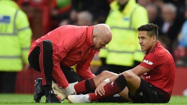 Striker Manchester United Alexis Sanchez (kanan) mendapatkan perawatan saat menghadapi Southampton dalam lanjutan Liga Inggris di Old Trafford. Oli SCARFF / AFP