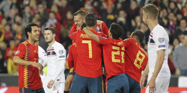 Para pemain Timnas Spanyol lakukan selebrasi usai kalahkan Timnas Norwegia.