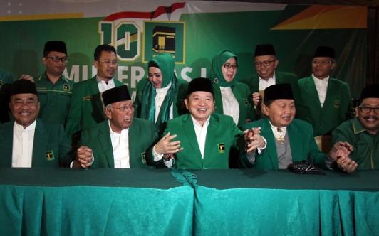 Plt Ketua Umum PPP Suharso Monoarfa (tengah) dan pengurus berfoto pada pembukaan Mukernas III Dewan Pimpinan Pusat PPP di Bogor, Rabu (20/3 - 19).