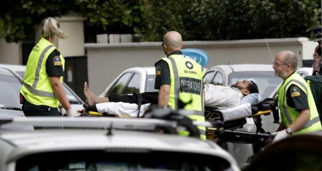 Evakuasi korban penembakan di masjid Selandia Baru.